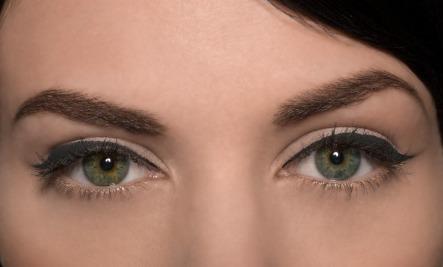 Ponen en order las arrugas alrededor de los ojos